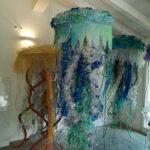Meduse aliene realizzate con materiale plastico riciclato e spiaggiato